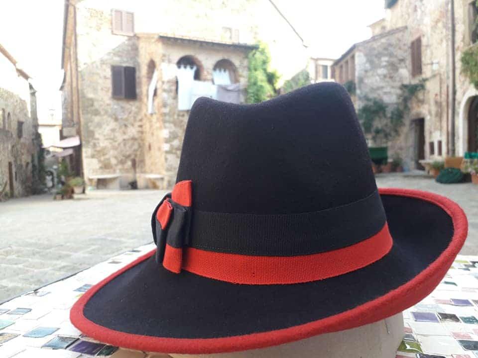 I cappelli di Cristina nella Piazza di Montemerano