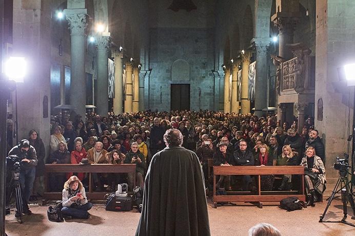 Il critico d'arte Philippe Daverio durante la visita ai meravigliosi pulpiti di Pistoia nella chiesa di San Bartolomeo in Pantano.
