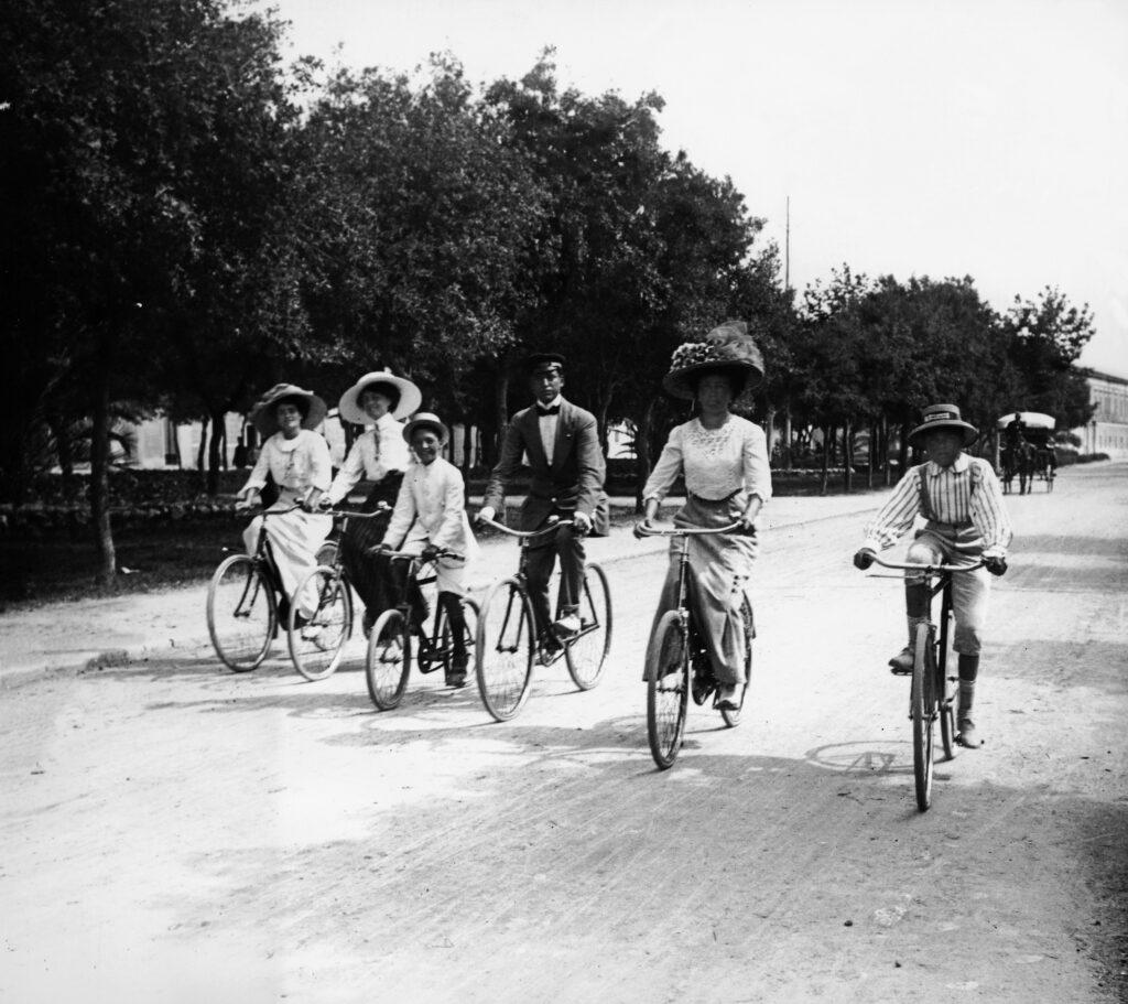 In bici alle Cascine nel 1904 (foto Archivio Alinari)