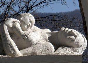 Il memoriale alle vittime a Sant'Anna di Stazzem
